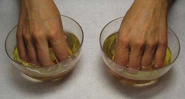Трещины на пальцах рук ванночки